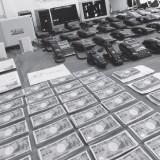 詐欺グループの拠点から押収された現金や電話機