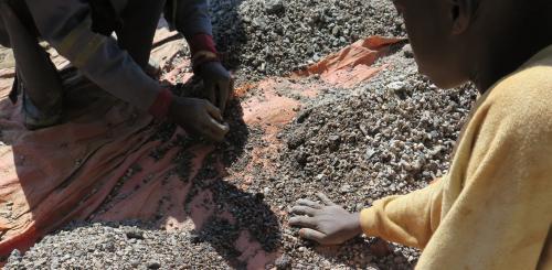 石の中からコバルトを探す13歳の少年