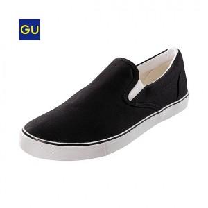 「スニーカーってどうしても子供っぽく見えてしまう」と敬遠しがちかと思いますが、GUは形もデザインも色も革靴ライクに仕上げてあって大人の着用にも耐えられる雰囲気